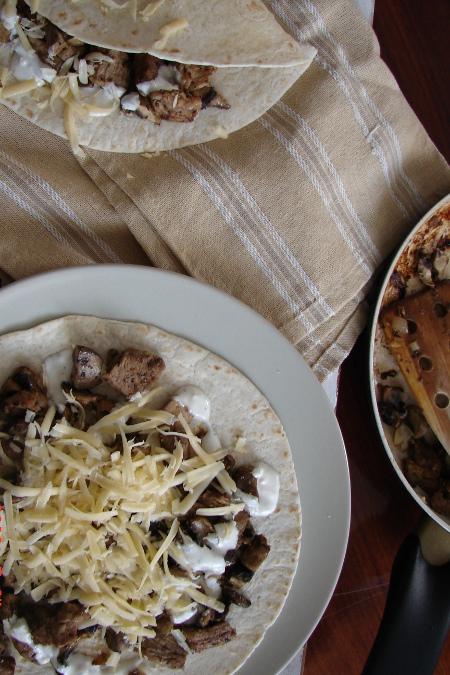 Tortilla z pieczarkami i polędwiczką wieprzową