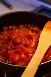 Przygotowania sosu bolognese - dodanie przecieru