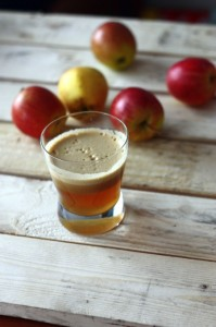 Naturalny sok jabłkowy, kilka jabłek w tle