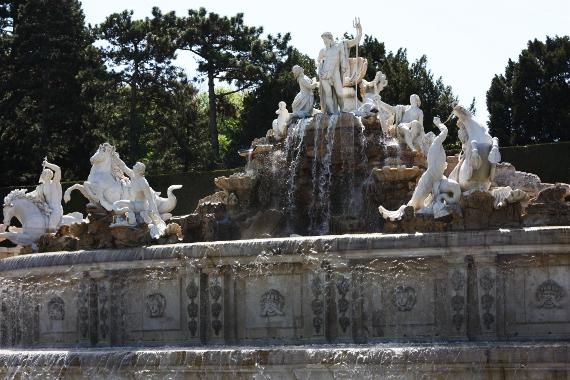 Duża fontanna w ogrodach Schönbrunn
