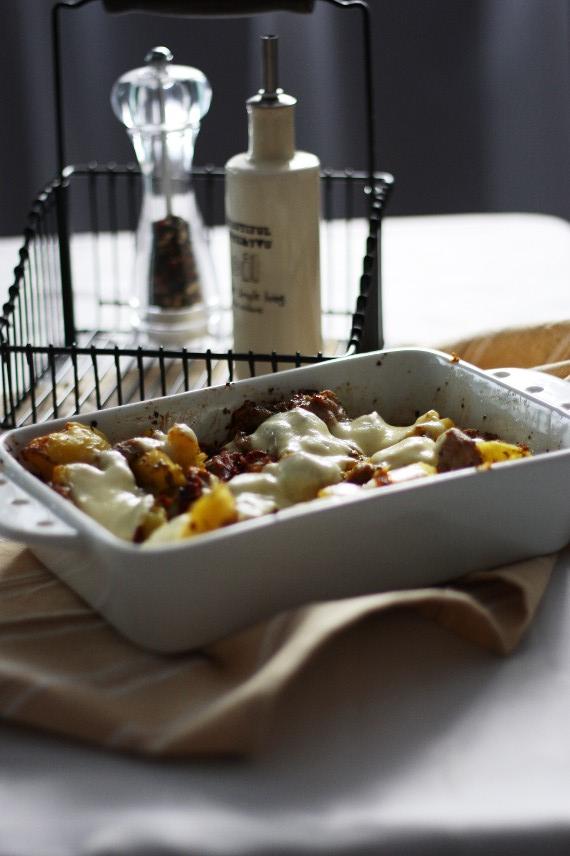 Zapiekanka z ziemniaków z boczkiem i suszonymi pomidorami