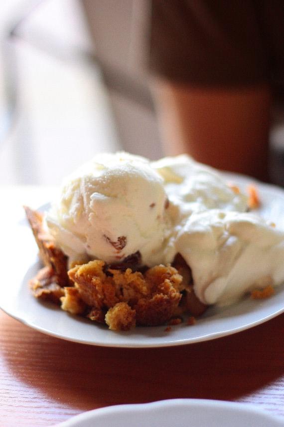 Jabłecznik podany z lodami i bitą śmietaną w kawiarni Lalka w Wiśle
