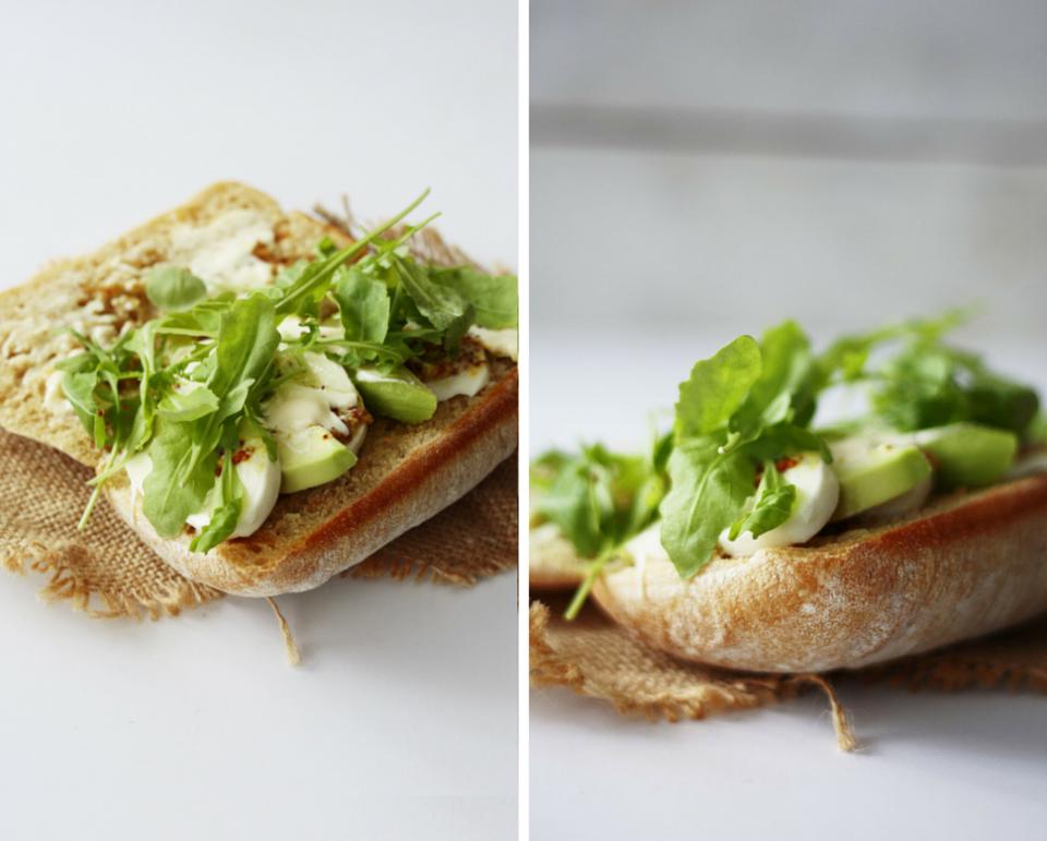 Przygotowanie kanapki z awokado i mozzarellą