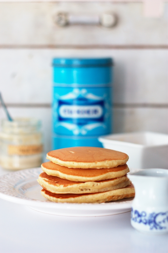 4 naleśniki amerykańskie - pancakes - leżące jeden na drugim na talerzu